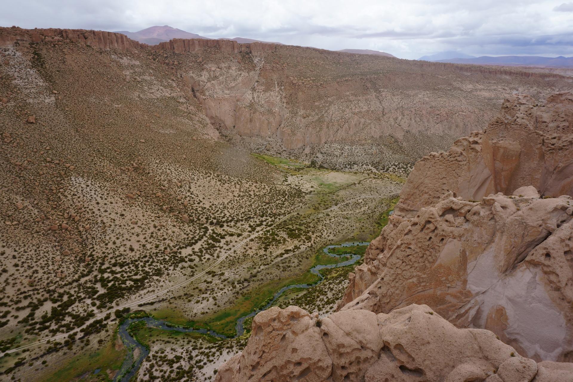 チリ ボリビア ウユニ旅行 2泊3日ツアー 崖下