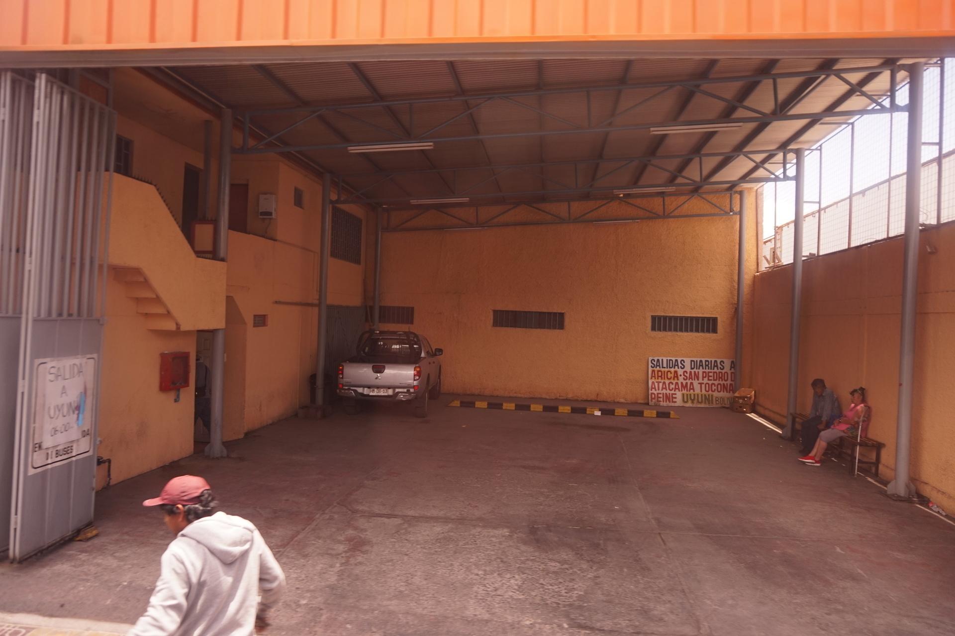 チリ ボリビア ウユニ旅行 カラマ Atacama2000 駐車場