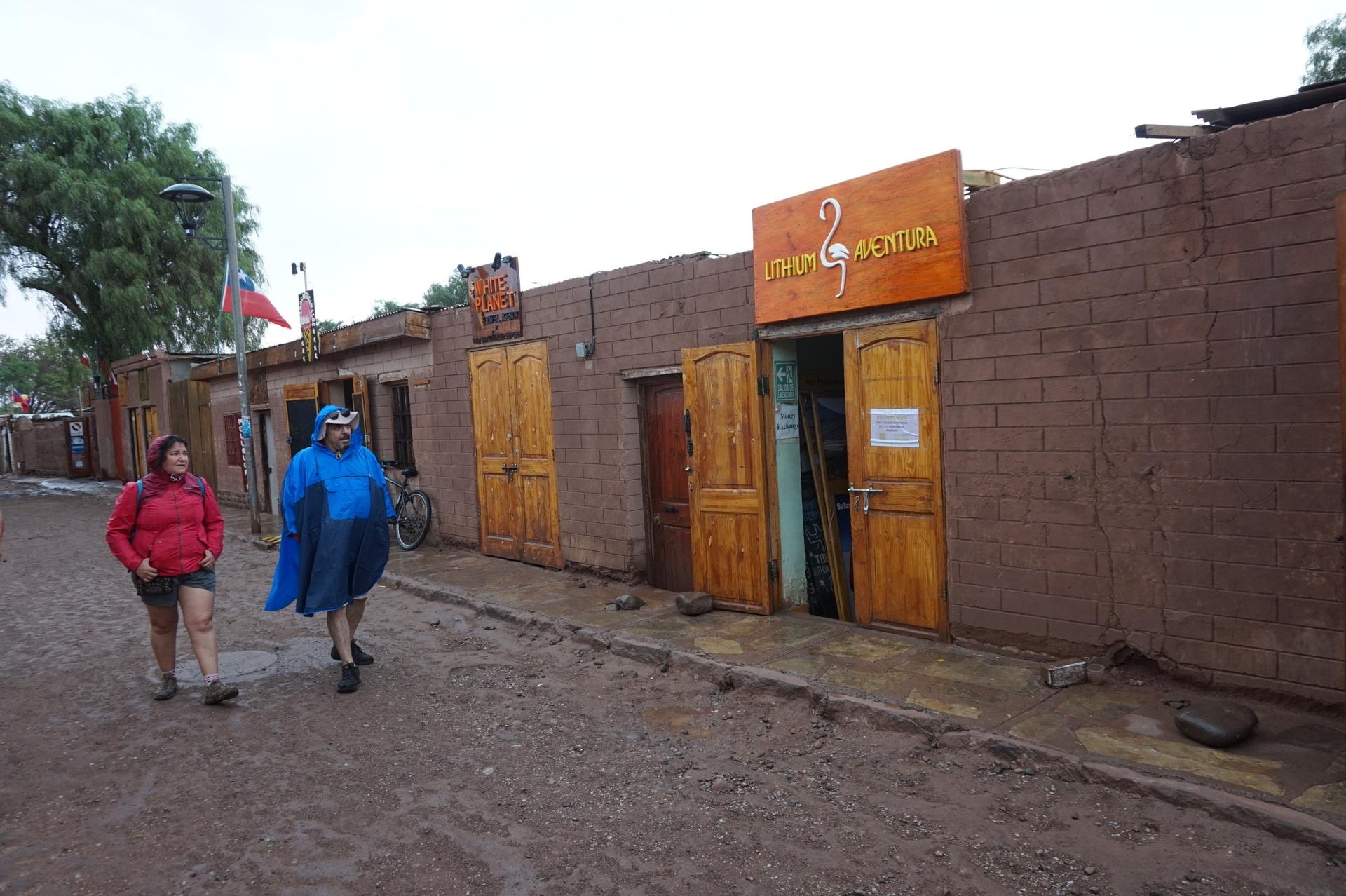 チリ ボリビア ウユニ旅行 アタカマ ツアー会社の並び