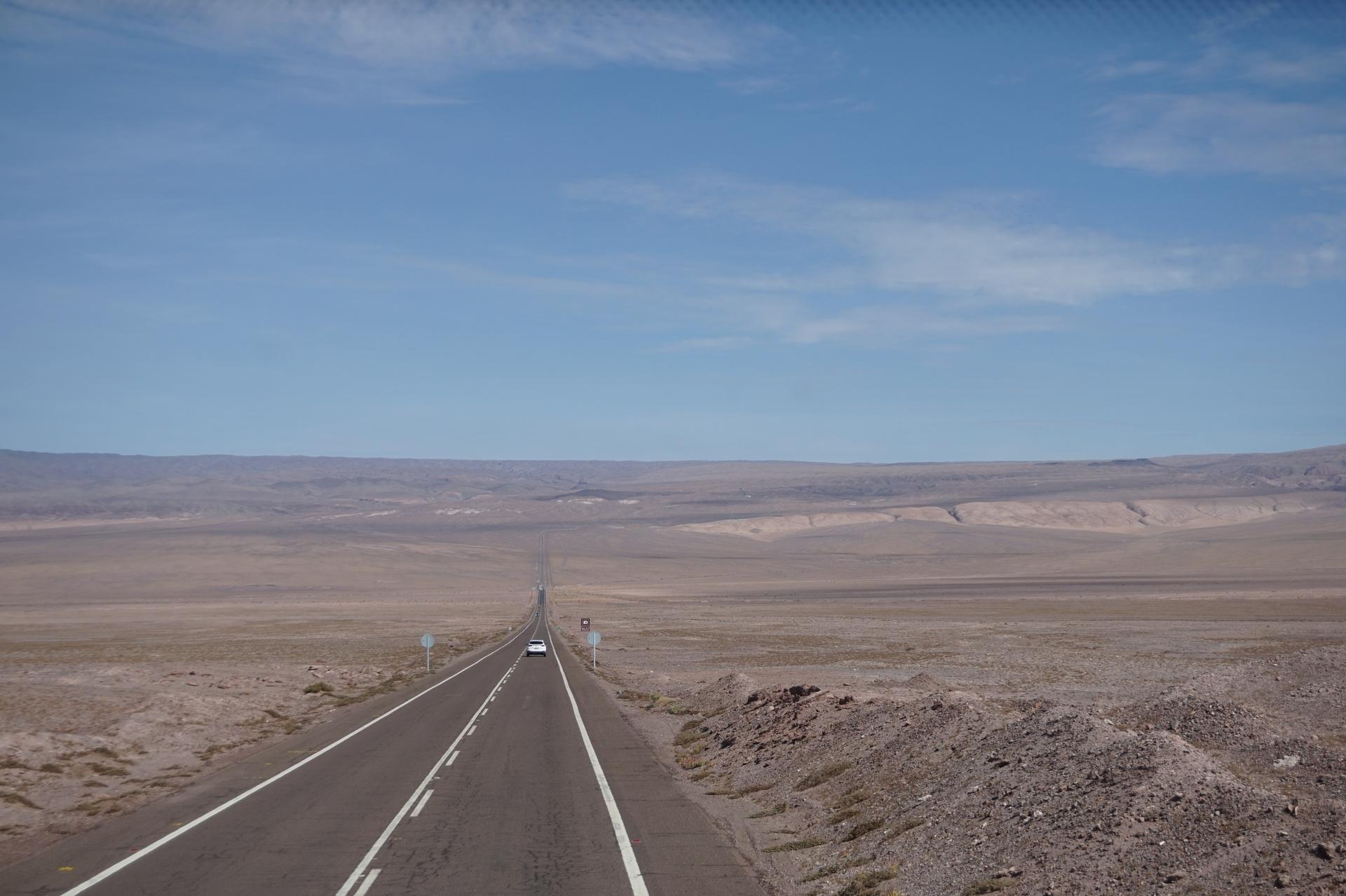 チリ ボリビア ウユニ旅行 アタカマ 一本道