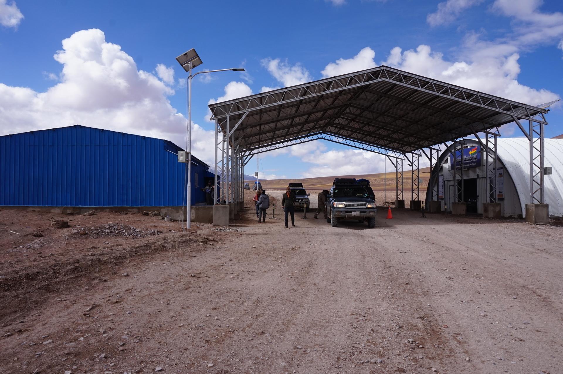 チリ ボリビア ウユニ旅行 2泊3日ツアー 謎の施設