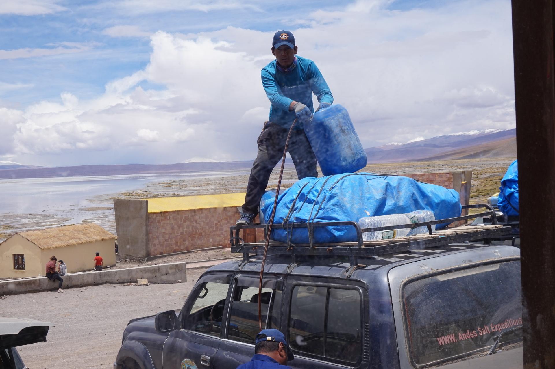 チリ ボリビア ウユニ旅行 2泊3日ツアー ガソリン入れ