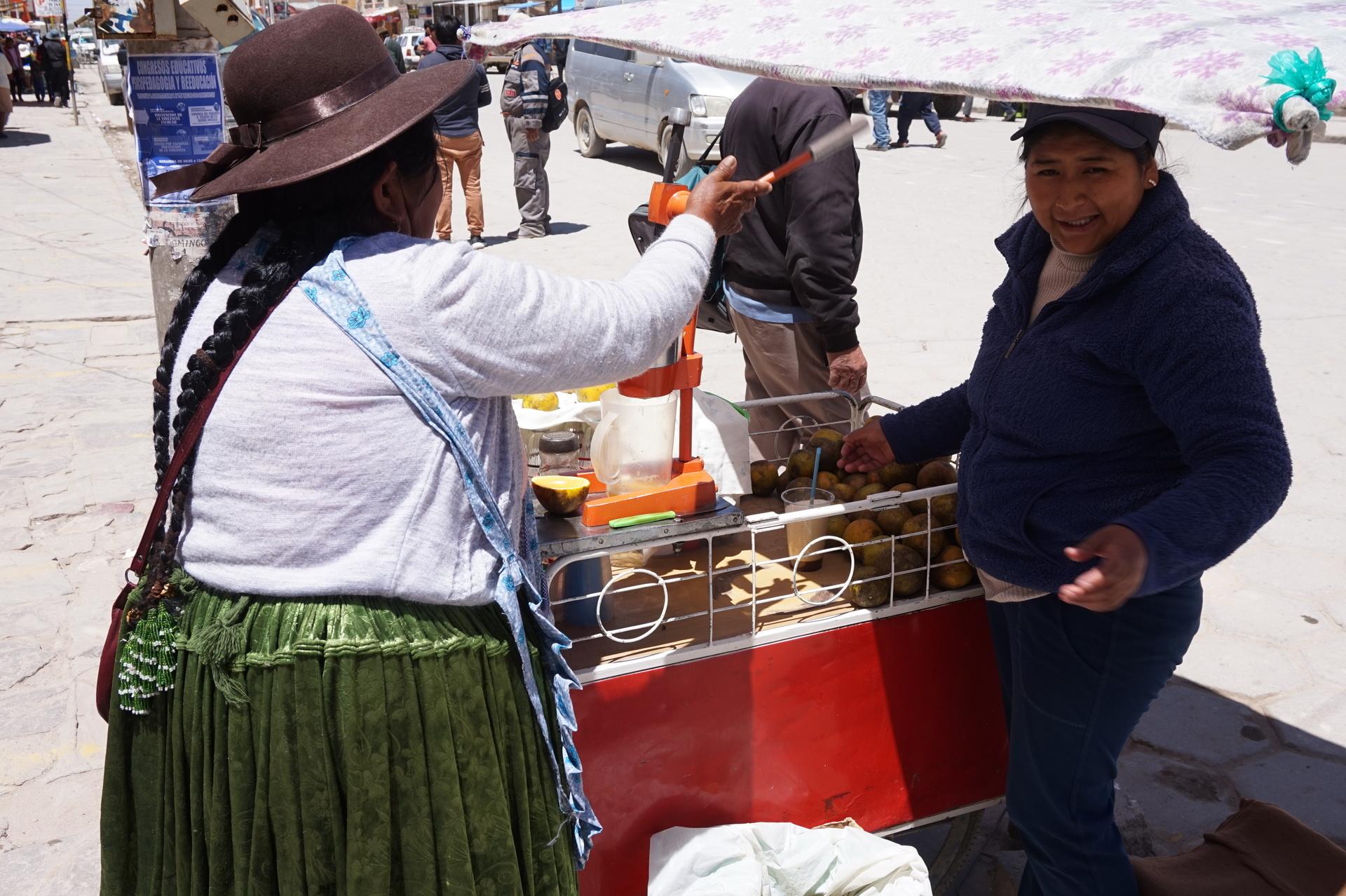 チリ ボリビア 旅行 ウユニ 街歩き ジュース絞り