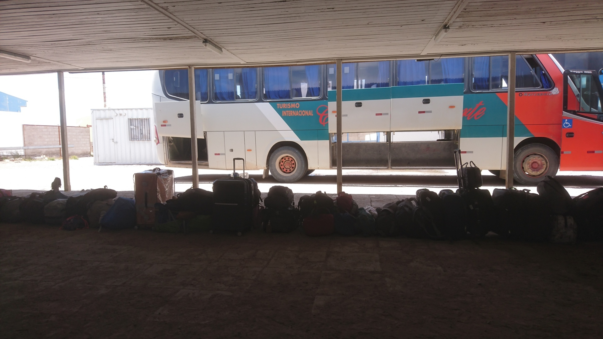 チリ ボリビア ウユニ旅行 カラマ 荷物一列